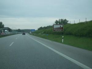 Fahrt zur Jagdeinladung über die A20. Das Schild weist auf den ehemaligen Verlauf der innerdeutschen Grenze (Mauer) hin. An dieser Stelle war es die Trave als natürliche Grenze zwischen Ost und West.