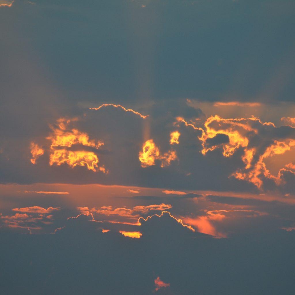 Wolken Gegen Die Untergehende Sonne.