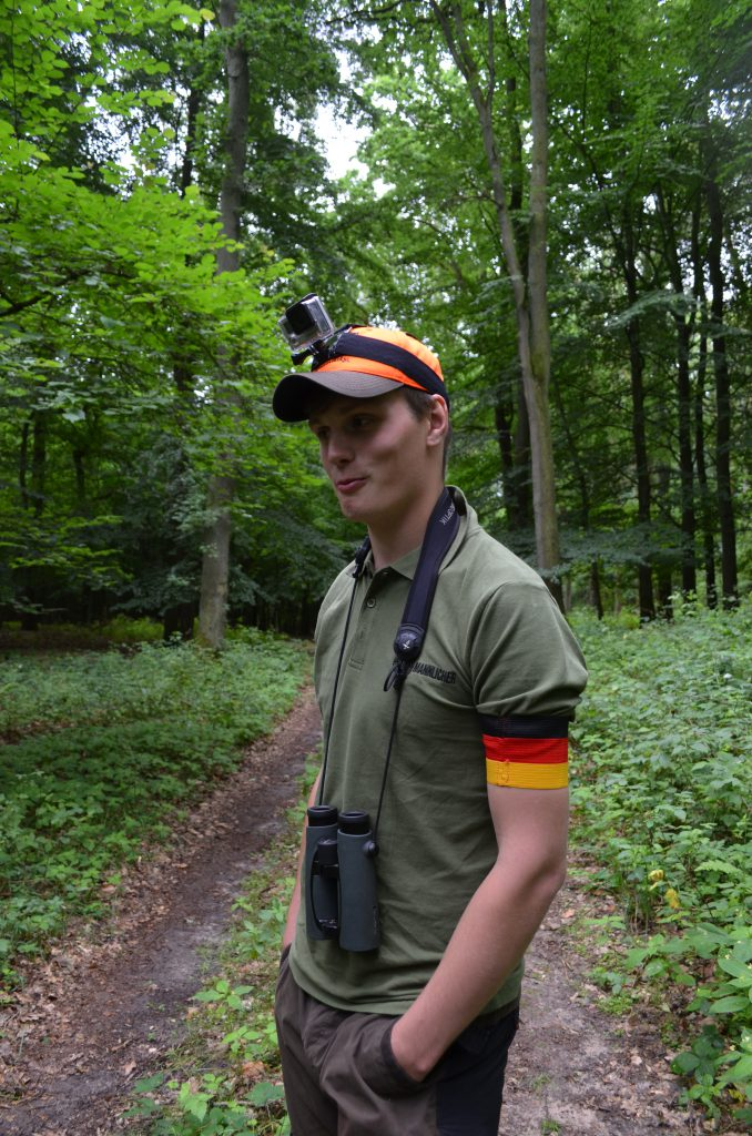 Heute spielt Deutschland gegen Italien bei der EM...Paul trägt bei der Pirsch die Armbinde, weiße Adidasturnschuhe und ein orangefarbenes Basecap...