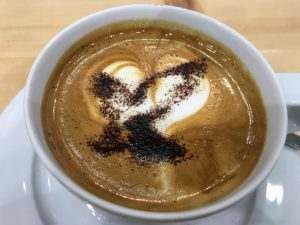 Ein Kaffee am Morgen vertreibt Kummer und Sorgen. Und hier habe ich den Tag mit einem Treffen bei Swarovski begonnen. Eine Neuigkeit ist das neue Z8i Z8i 0.75-6x20 und das EL-O Range, ein Doppelglas EL-Range in Orange. Tolle Produkte. Jedoch fing der Tag mit Kopfschmerzen an, die den ganzen Tag nicht gehen wollten. Am leckeren Kaffee lag es jedenfalls nicht.