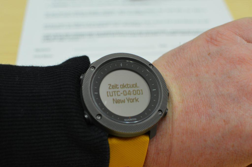 Suunto Traverse Alpha hier mit dem Armband Amber, GPS aktualisierte Zeiteinstellung